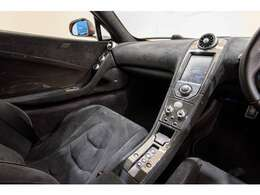 カーボンインテリアアップグレードで純正カーボンパーツが多数装着されております。
