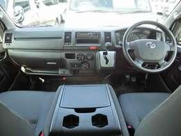 Wエアバッグ/ABS/キーレス/イモビライザー/排ガス浄化スイッチ/電動格納式ドアミラー/フロントエアコン/リヤクーラー/リヤヒーター/純正ドライブレコーダー(DRT-H66A)が装備されています。