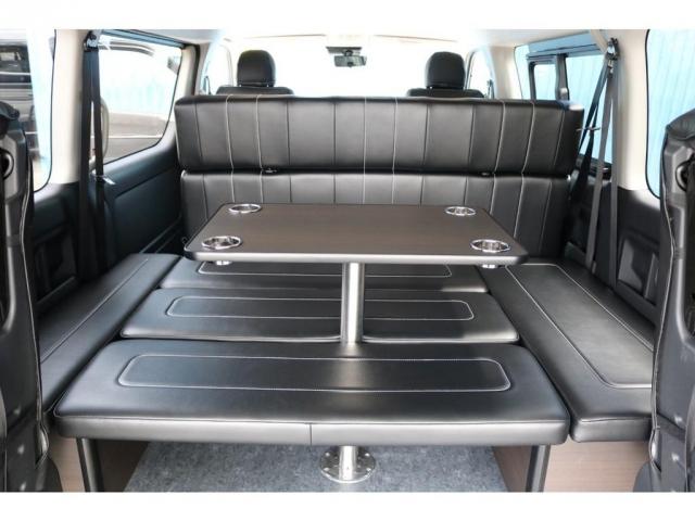 ドリンクホルダー付きテーブルを完備!車内にくつろぎの空間が完成♪