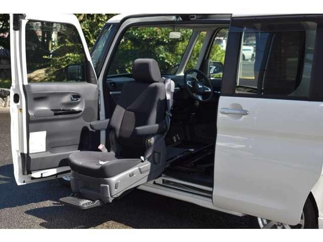 ボタン一つでシートの出し入れができます。福祉車両もカスタムでかっこよく迎えに行きたいものです