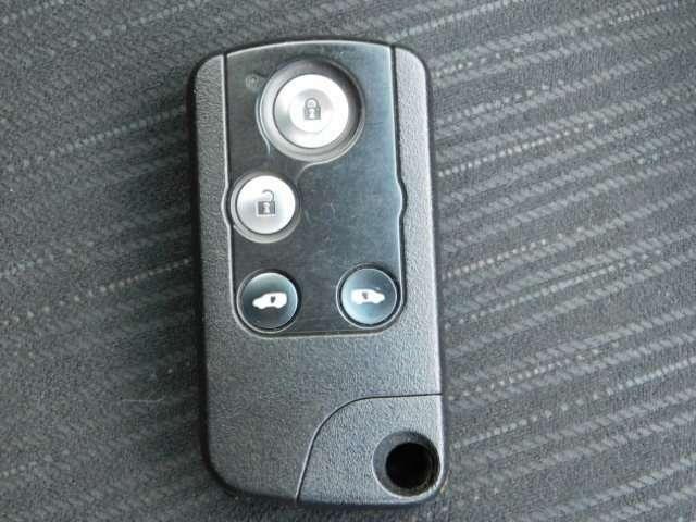 スマートキーの画像です。バックの中やポケットの中にしまったまま操作が可能です。