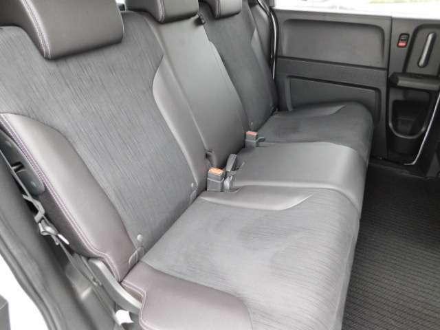 リヤシートの画像です。後ろの席でゆったりお乗りいただけます。