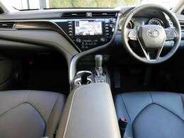 内装は黒本革シート(パーフォレーション付)にタイガーアイ調オーナメントパネルです。運転席8way&助手席4wayパワーシート、運転席電動ランバーサポート付きです。前席シートパワー&ヒーターです。