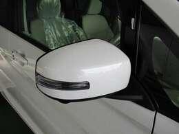 ウィンカー付ドアミラーは対向車により分かりやすく右左折を教えてくれます。