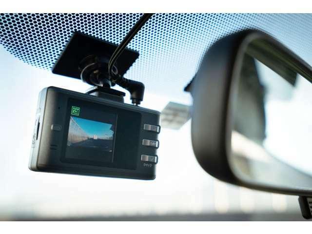 Aプラン画像:運転中や駐車中の事故の記録を証拠映像として残すことができるドライブレコーダー。近年はあおり運転などの事件や事故が話題となり、その対策としてドライブレコーダーを付ける人が急増しています。