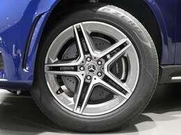 【AMGアルミホイールを装着】20インチAMG5ツインスポークアルミホイールを装着!ブレーキキャリパーにはMercedes-Benzのロゴ付き!
