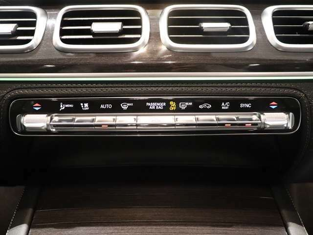 【スタイリッシュな印象を与えるスクエアなエアアウトレット】エアコンの通気口の形がプレミアムSUVにぴったりなスクエア型!クライメートコントロール付きなので、助手席、運転席ごとにエアコン調整できます!