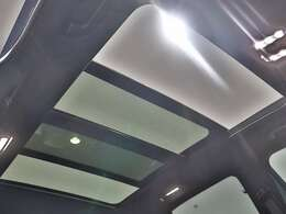 【開放感あふれるサンルーフ】広大な面積のガラスルーフが、室内に大きな開放感をもたらします。オープン時に雨が降り出した場合は自動で閉まる優れもの♪