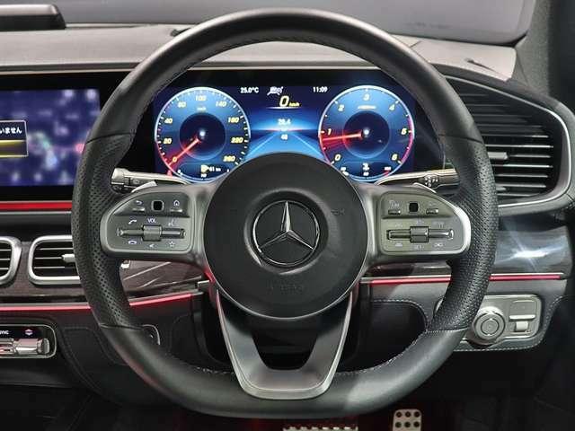 【本革巻マルチファンクションステアリング】運転中の操作が手元で行えるマルチファンクションステアリングです。