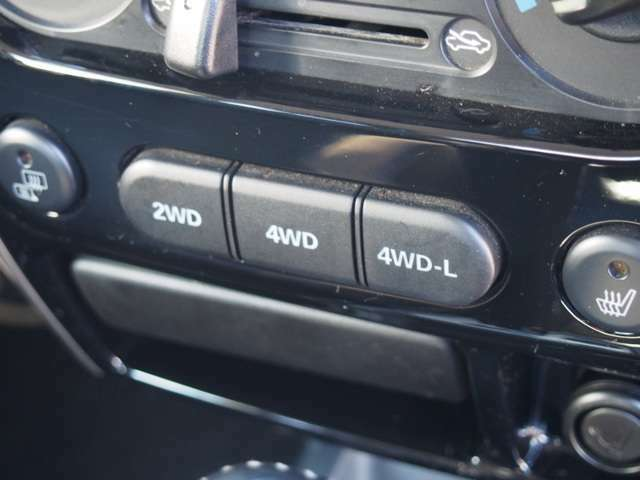 2WD 4WDの切り替えはスイッチ一つですので操作は楽々ですよ!!