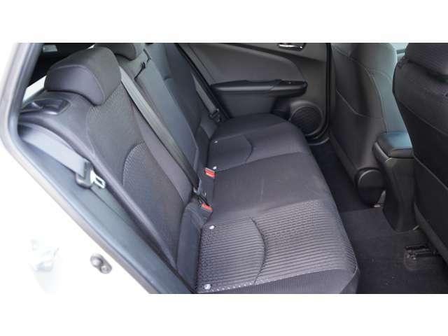 後部座席もきれい。運転席に比べれば使用頻度が少ないので当然といえば当然ですね