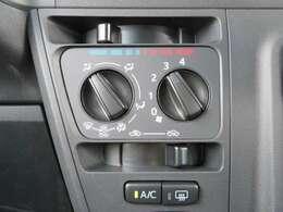 マニュアルエアコンは使いやすい3つのダイヤル式です。温度調節、風量、風向きの調整ができます!