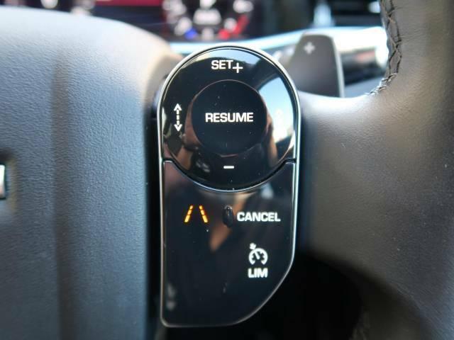 アダプティブクルーズコントロールは、前方の車両の速度に合わせて安全な車間を保ち、先進のクルージングをサポート。安心ができ、より快適なドライブをサポートいたします。