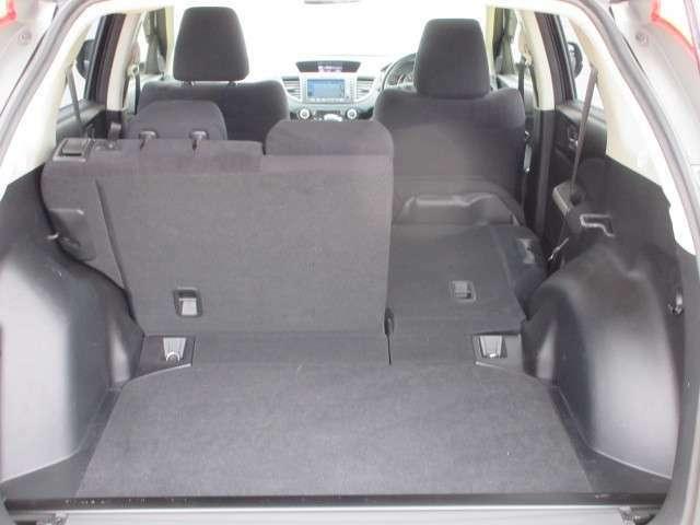 リアシート二分割シート片側倒して荷物入れられます。