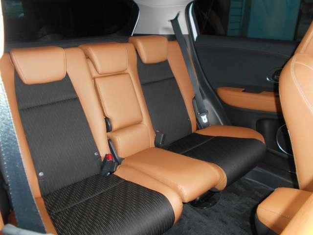 フロントシートには本革を、リアシートに合成皮革をあしらったファブリックとのコンビシートとなっています!