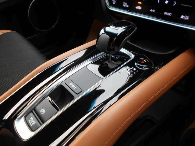 HYBRID車専用シフトノブとなっています!パーキングブレーキはスイッチ操作です!