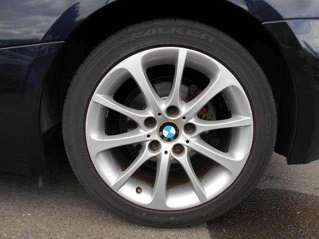純正アルミホイール!鉄ホイールにプラスチック製のキャップ付きタイヤよりかっこいいですね♪
