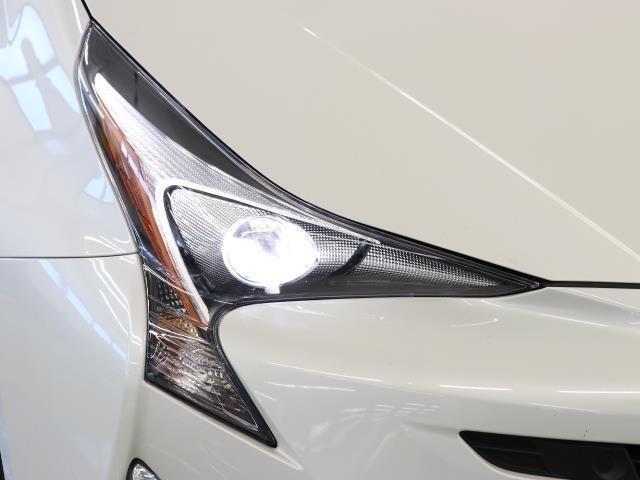 明るいライトが夜道を明るく照らしてくれます。 運転する上で、道路状況をいかに早く認識できるか重要なポイントです。 白色光が暗い道も明るく照らしてくれますよ。