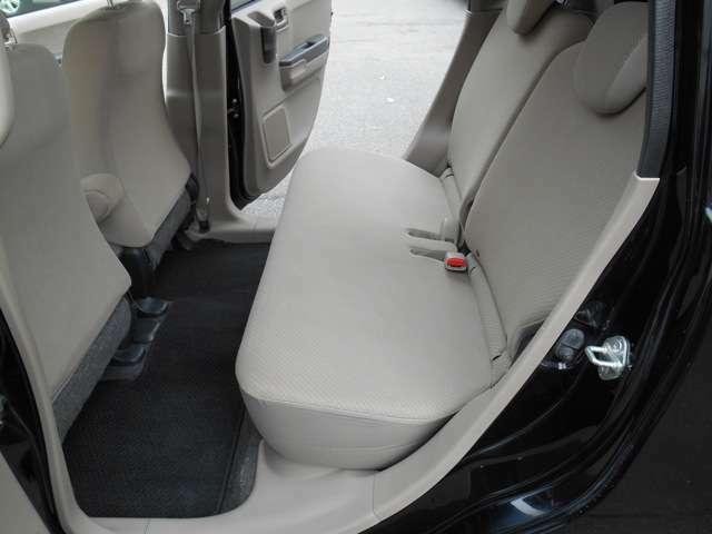 左リヤーシート絨毯マットも非常にきれいで