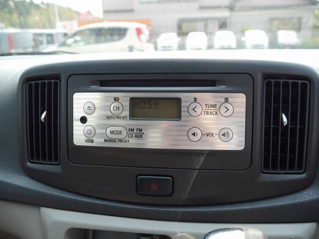 ■純正CDオーディオ。AUX端子ありのため、外部オーディオ機器を接続可能! 普段携帯オーディオで聞いている音楽を聴きながらドライブすることもできます♪
