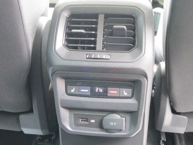 3ゾーンエアコン。後部座席も独立した温度調整が可能です。