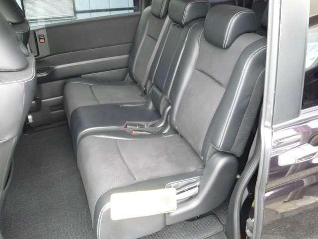 用性の高い3人かけシートです。左右分割でスライド・リクライニングが可能です。
