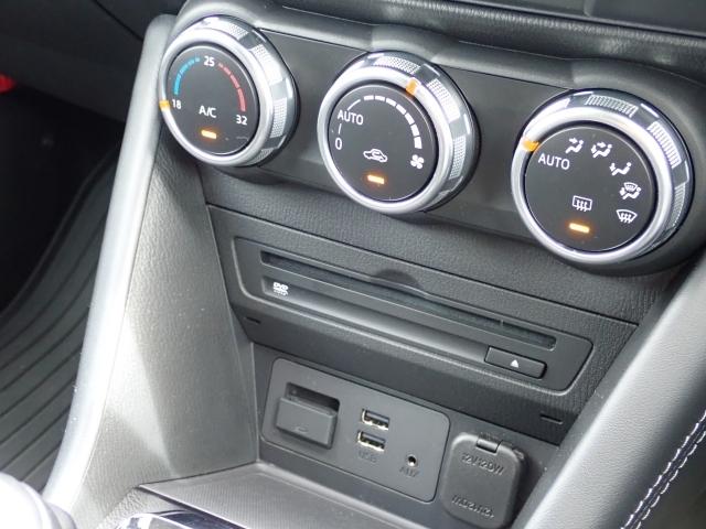 車内の設定温度を保つように風量や吹き出し箇所を自動調整するフルオートエアコンを採用。花粉フィルター付ですので運転に集中出来る室内環境を実現します。