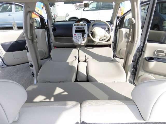 前席から後部座席までフラットで、広々休めます。
