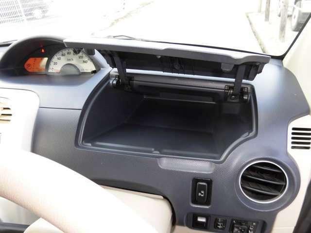 運転席側にコスメ・メモ帳・サングラスなど小物入れも装備。