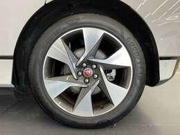 大口径の20インチアロイホイールはボディカラーのボラスコグレイを引き締めデザイン性の高いホイールです。