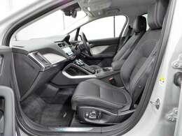 18way可動式レザーシートも装備。フルエクステンデッドレザーアップグレード(306,000円)も装備されており、長時間ドライブでもさらにゆったりお乗りいただけます。