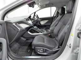 前席と後席の間に十分な空間が確保され、後席乗員もゆったり乗れます。