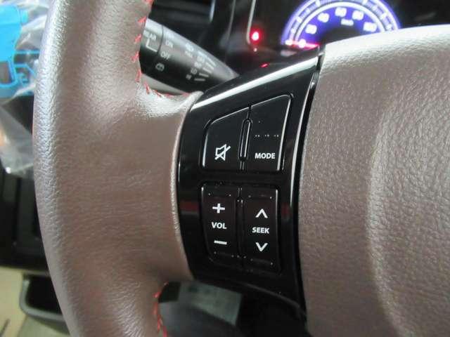 ステアリングに、オーディオコントロールスイッチが付いて便利です。