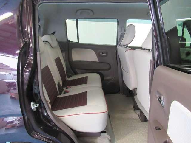リヤシートは左右分割でシートスライド 個別でシート位置が調整可能