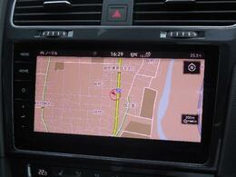 Volkswagen純正インフォティメントシステムDiscover Pro。9.2インチ大型全面タッチスクリーン。手のひらをかざして画面操作を行うジェスチャーコントロールを搭載。ディスプレイですべてを