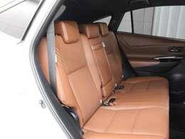 プレミアムナッパ本革(ダークサドルタン)のシートが採用されています。前後席間の間隔延長と前席シートバック形状の工夫で、ゆったりとくつろげる後席空間を確保しています。