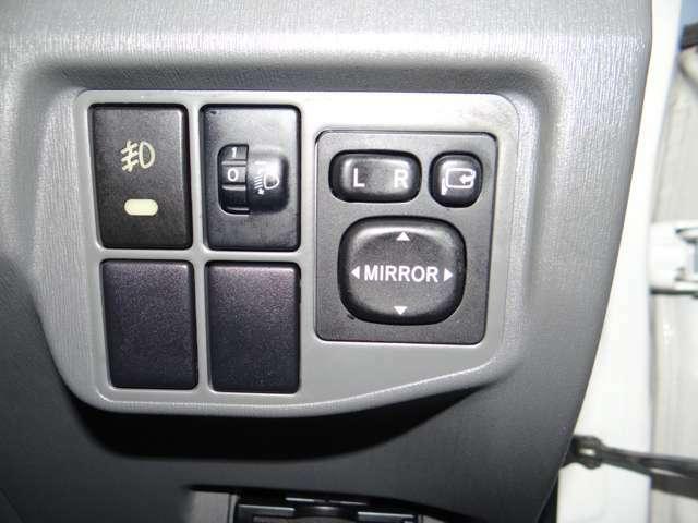 ミラーのコントロールスイッチです。この場所が使い勝手がいいですもんね。オート電動格納ミラーキットの取り付けやウェルカムランプの取り付けなどもご相談ください!