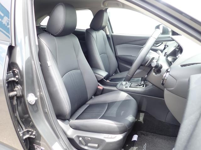 運転席は電動パワーシートになっております。細かくシート調整が出来ますのでどなたでもピッタリポジションで運転できます♪☆