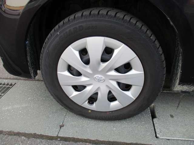 純正スチールホイール&ホイールカバー、タイヤサイズは175/65R15の冬タイヤで、残り溝は約7ミリです