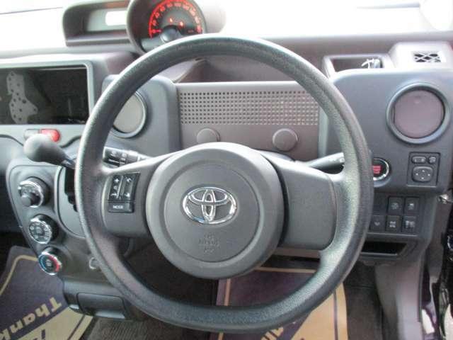 ステアリングリモコン付き。運転中のオーディオ操作が可能なので視線をナビに移したり、ハンドルから手を離さないので危険がなくなり安全です!