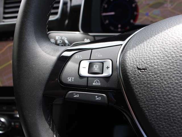 レーンキープアシストシステムは走行中の車線をモニタリング。ドライバーの意図しない車線の逸脱を検知するとステアリング補正を行いドライバーに警告し、ドライバーのステアリング操作をサポートします。
