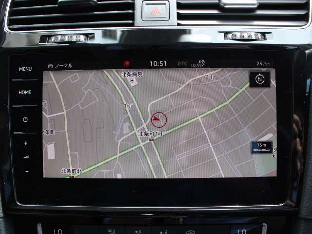 リヤビューカメラはバック時の後方視認をサポート。ギヤをリバースに入れると、リヤエンブレムに内蔵されたカメラが後方の映像を映し出します。車庫入れ時などに、後方視界を画面で補助します。