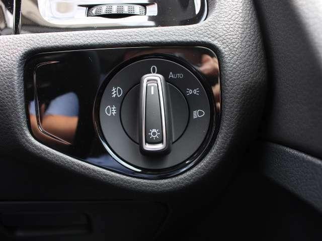 スタティックコーナリングライトはウインカーと連動して点灯。低速でカーブを曲がる時にウインカーと連動して点灯。交差点での歩行者の確認がしやすく、歩行者側に注意を促すこともできます。