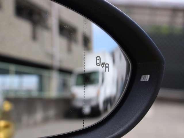 リヤトラフィックアラートはバックで出庫する際に車両を検知した際、警告音にてドライバーに注意を促します。ドライバーが反応しなかったり、ブレーキ操作が不十分な場合には、自動的にブレーキを作動させます