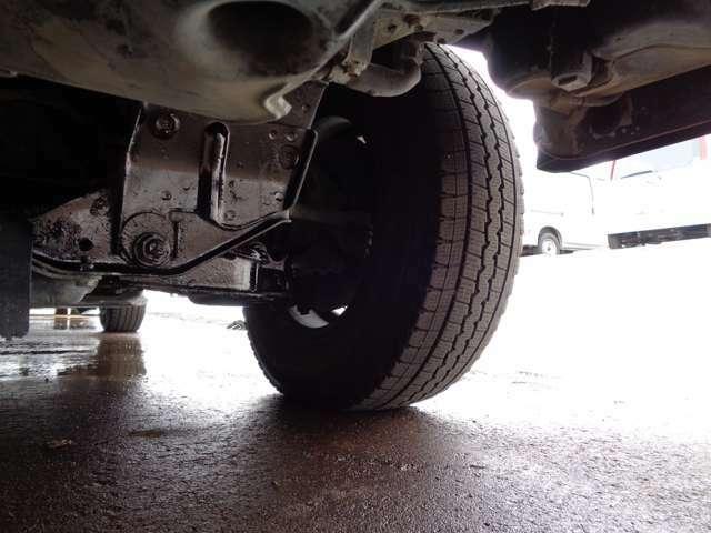 カーコンビニ倶楽部アイビーオートでは、お車のキズやヘコミも、その場でお見積り可能。自社で修理を行いますのでキズヘコミの修理もお任せください。