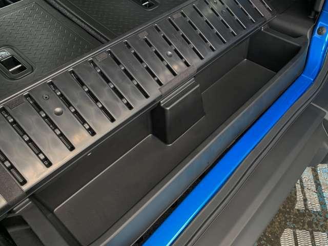 ラゲッジボックスはリッド開閉式で、小物などを整理・収納できます。さらに、ラゲッジボックス下にはツールボックスを用意し、ジャッキやツール類を収納しているので万が一の時も安心です。
