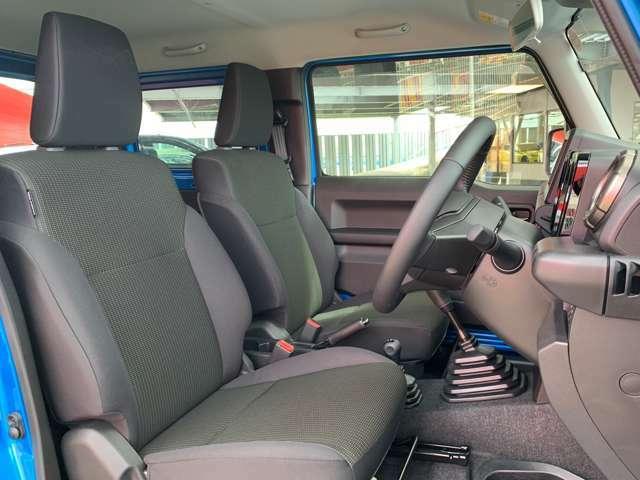 乗り心地と安全性を両立したシートとなっています。幅広のシートフレームとクッション性能の最適化し、オン・オフロード問わずに優れた乗り心地と長時間運転していても疲れにくくなっています。