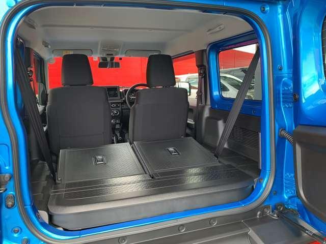 リヤシートを倒せば、大容量352Lの荷室スペースとなります。フラットとなるので、隅まで無駄なく活用する事ができます。
