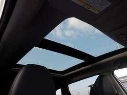 パノラミックガラスル-フ装備!車内の空気の入れ替えや空の景色など鑑賞しながらのドライブが可能ですね♪
