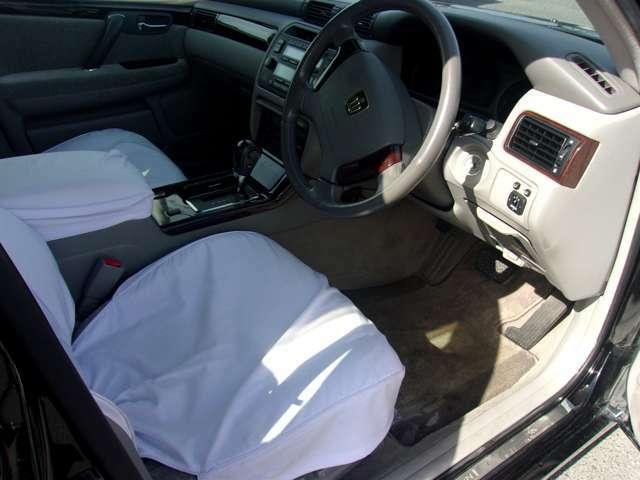 ここから、室内のご案内です!内装も使用状態が良く、気になる匂いや汚れ等も無い綺麗な状態が維持されております。新車時より純正のフルシートカバーが装着されておりますので中のシートは新品同様な状態です!